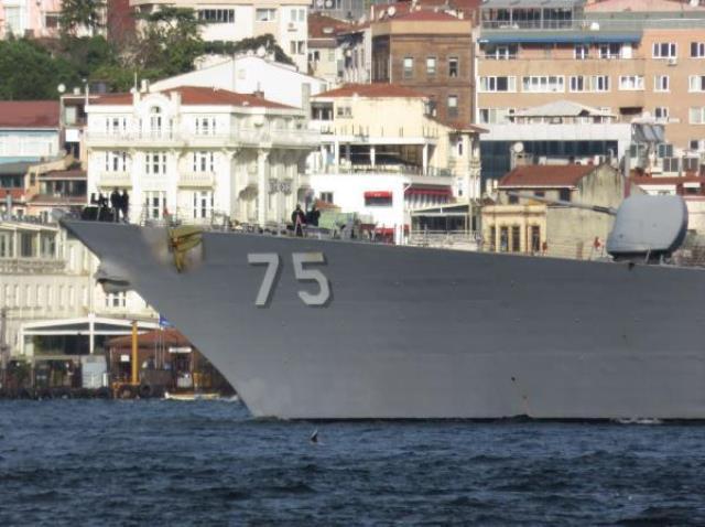 ABD'ye ait iki savaş gemisi boğazdan geçerken askerler güvertede Boğaz'ın güzelliğine daldı