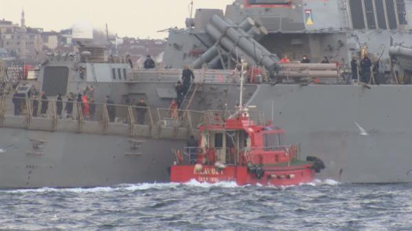 ABD'ye ait iki savaş gemisi Boğaz'dan geçerken askerler güvertede manzaranın güzelliğine daldı