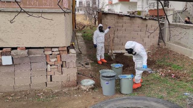 Apartman bahçesinde gömülü bulunan 11 bidonu KBRN ekipleri çıkardı