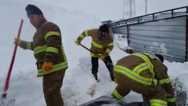 BALIKESİR - Kar nedeniyle çöken damın altında kalan 10 koyun telef oldu