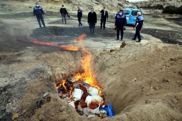 Mersin'de kilolarca kokmuş et ve sucuk ele geçirildi