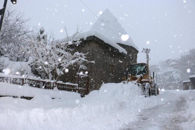 Bitlis'te kar yağışı kenti esir aldı! 290 köy yoluna ulaşım sağlanamıyor