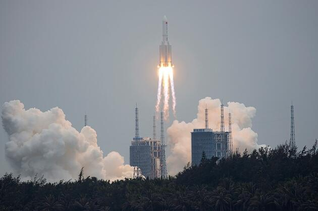 Çin'in uzaya yolladığı roketin gövdesi kontrolden çıktı: Parçaları Dünya'ya düşebilir