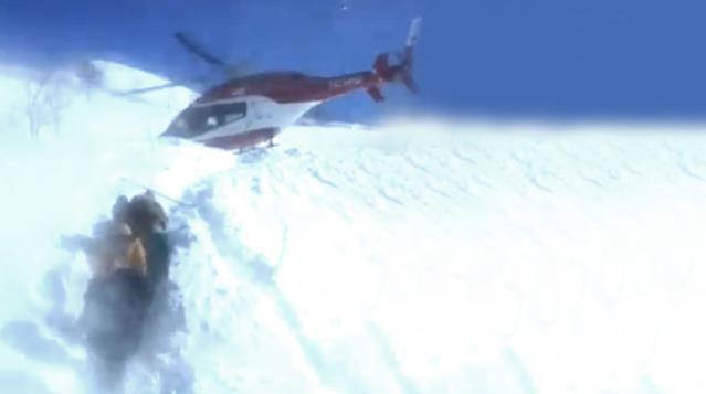 Kahraman pilot gönülleri fethetti! Almadan gitmek yok deyip helikopterle zorlu bölgeye indi