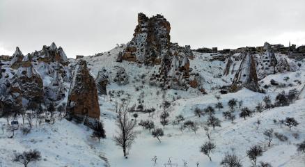 Kapadokyada karla kaplı peribacaları hayran bırakıyor