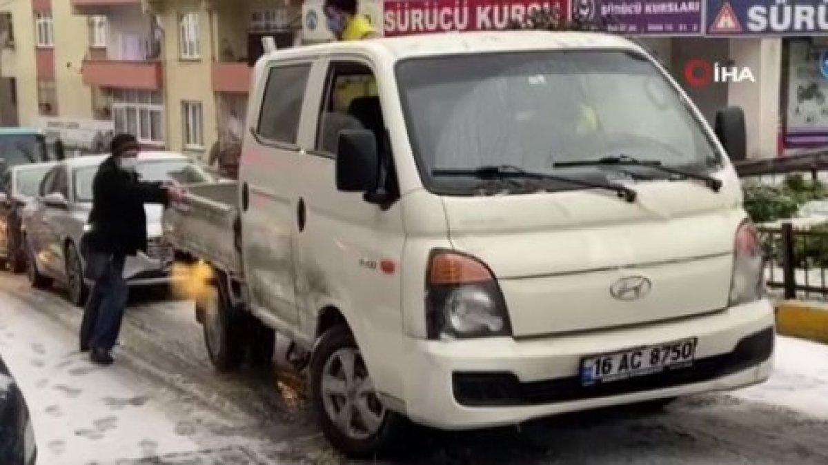 Kar yağışına uyanan İstanbul da sürücülerin zorlu anları #1