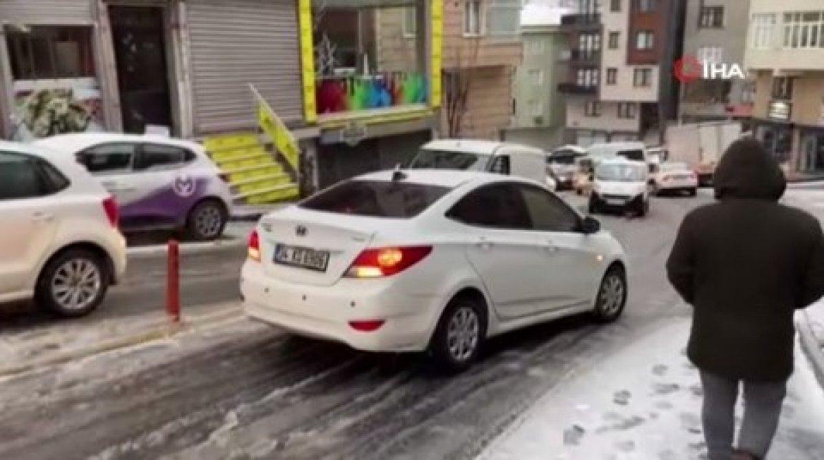 Kar yağışına uyanan İstanbul da sürücülerin zorlu anları #2