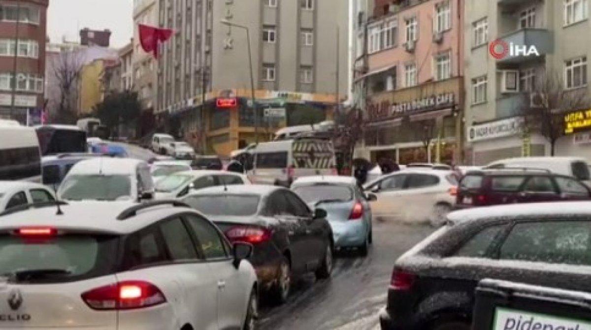Kar yağışına uyanan İstanbul da sürücülerin zorlu anları #3