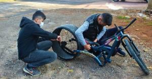 Kocaeli'de İki Öğrenci Buldukları Lastikleri Bisiklet Yapıyor