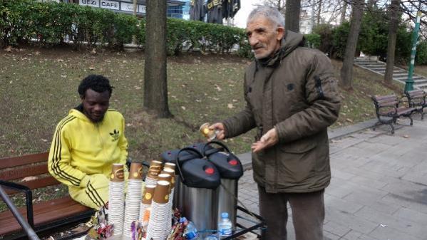 Parkta soğuktan titrerken bulunan genç adam hiçbir yardımı kabul etmedi
