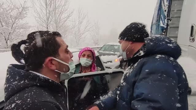 Vali Kaldırım'dan yolda mahsur kalmaları nedeniyle kız istemeye geciken aileye destek sözü