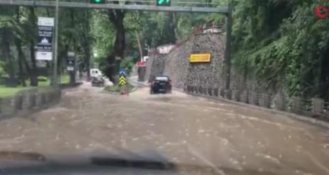 Sarıyerde sağanak yağmur nedeniyle bazı yollar göle döndü
