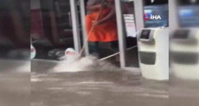 Eyüpsultanda sokaklar göle döndü: Bazı iş yerlerini su bastı