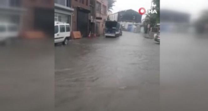Beyoğlunda caddeler sular altında kaldı