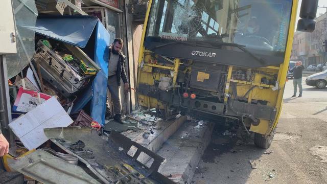 Taksiyle çarpışan özel halk otobüsü büfeye daldı: 1 kişi öldü, 9 kişi yaralandı