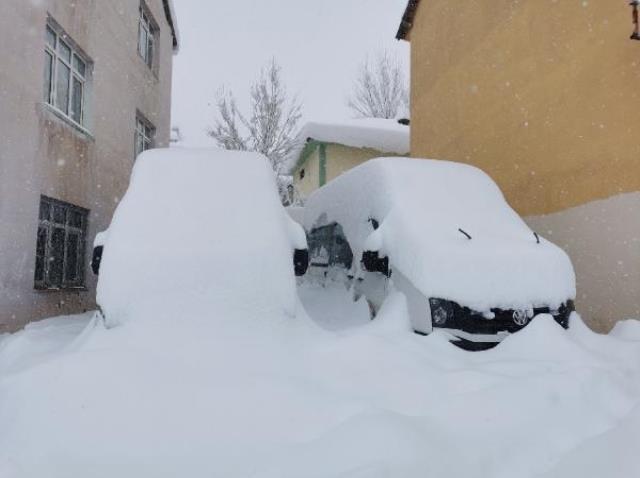 Ovacık'ta evler ve araçlar, kar altında
