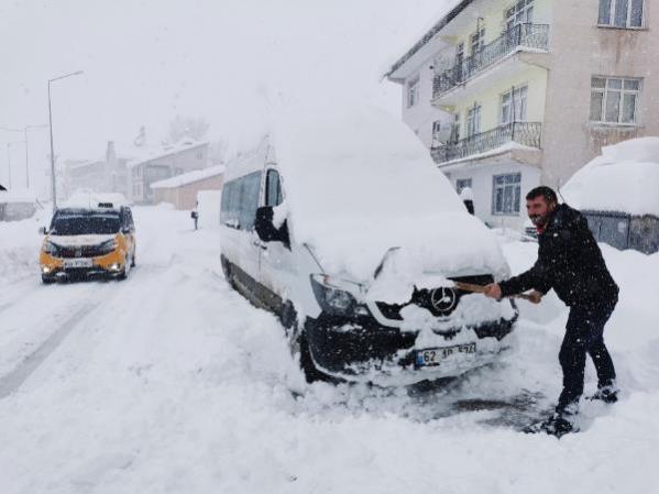 Tunceli'nin Ovacık ilçesinde kar kalınlığı 1,5 metreyi buldu! Ev ve araçlar kardan görünmez hale geldi